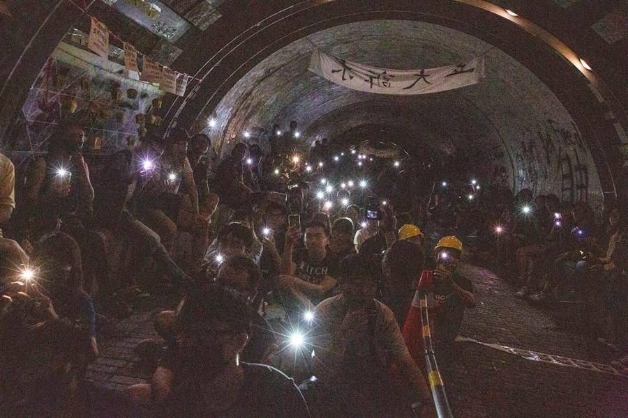 中山大學西子灣隧道擠滿參加告別連儂隧道晚會的民眾。 (袁庭堯攝)
