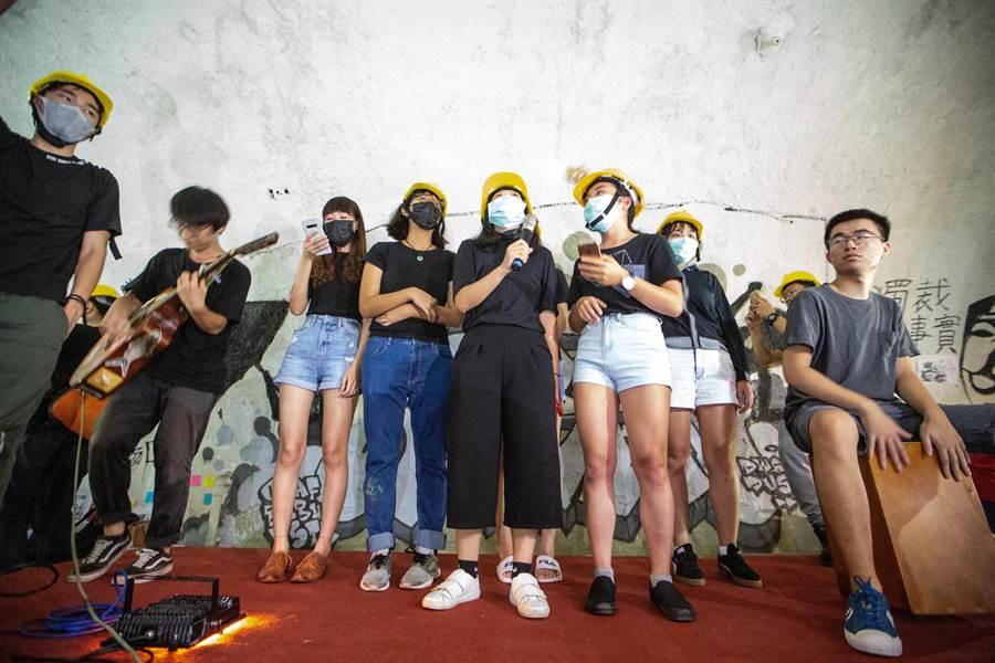 眾人大合唱「海闊天空」及「願榮光歸香港」兩首經典反送中運動代表歌。(袁庭堯攝)
