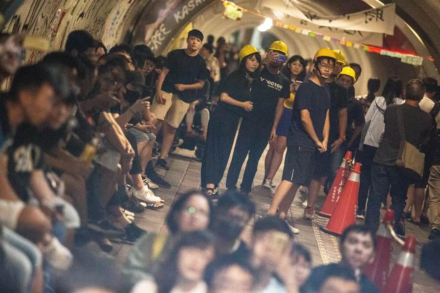 中山大學西子灣隧道擠參加告別連儂隧道晚會的民眾。(袁庭堯攝)