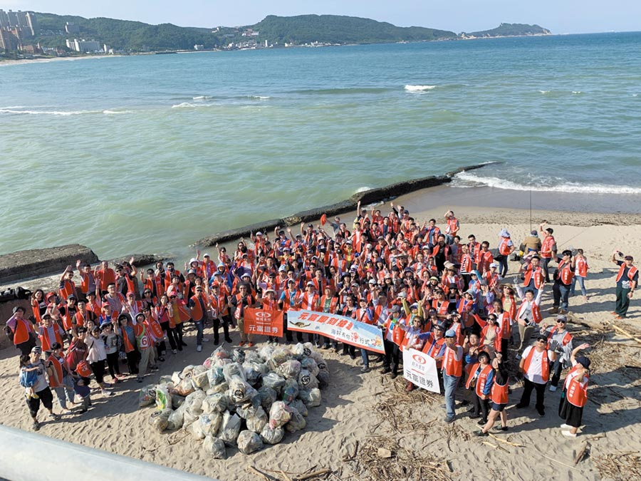元富證券總經理李明輝帶領200位同仁一同至萬里大橋沙灘淨灘。圖/元富證券提供