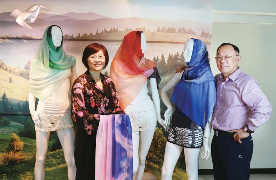 永紡董事長沈金柱(右)及英紡董事長葉淑麗(左)將於2019 TITAS展,發表自創品牌100%蠶絲頭巾。圖/永紡公司提供