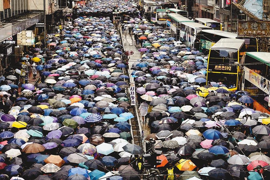 香港網民6日又號召全民戴口罩「反惡法、和理非」遊行以及「九龍革命」遊行,宣稱號召三百萬人上街。(美聯社)