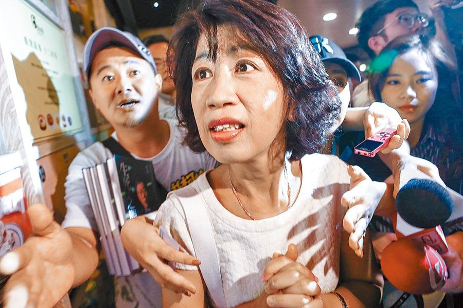 台北市長柯文哲新書《生死之間︰柯文哲從醫療現場到政治戰場的修練》,6日在台北車站地下街B1舉辦簽名會,市長夫人陳佩琪現身力挺。(鄧博仁攝)