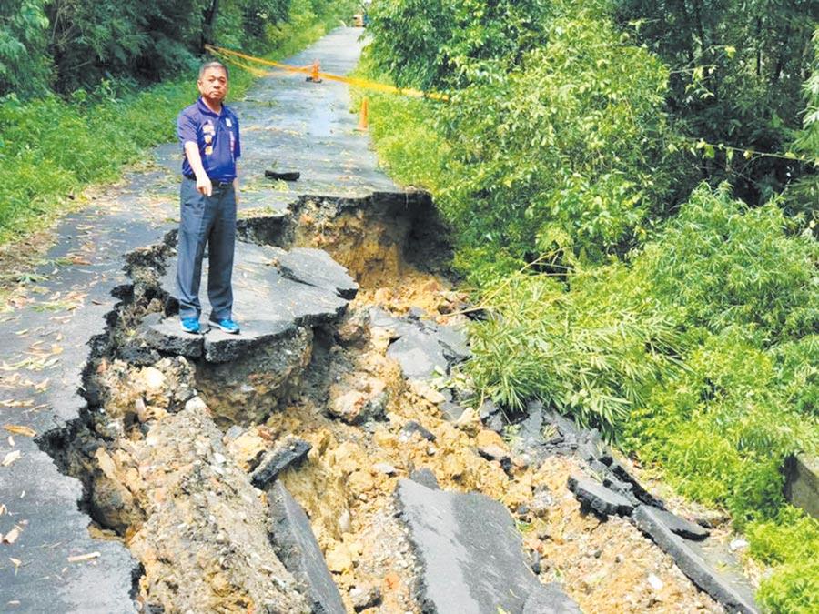 米塔颱風上月底襲台,基隆市七堵區華興一路147巷一處聯外道路,經風雨肆虐造成60公尺長道路嚴重斷裂。(張耿輝提供╱張穎齊基隆傳真)
