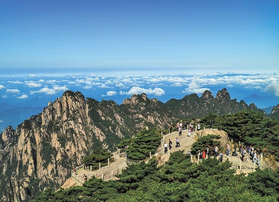 10月2日,遊客到黃山鰲魚峰遊玩。(中新社)