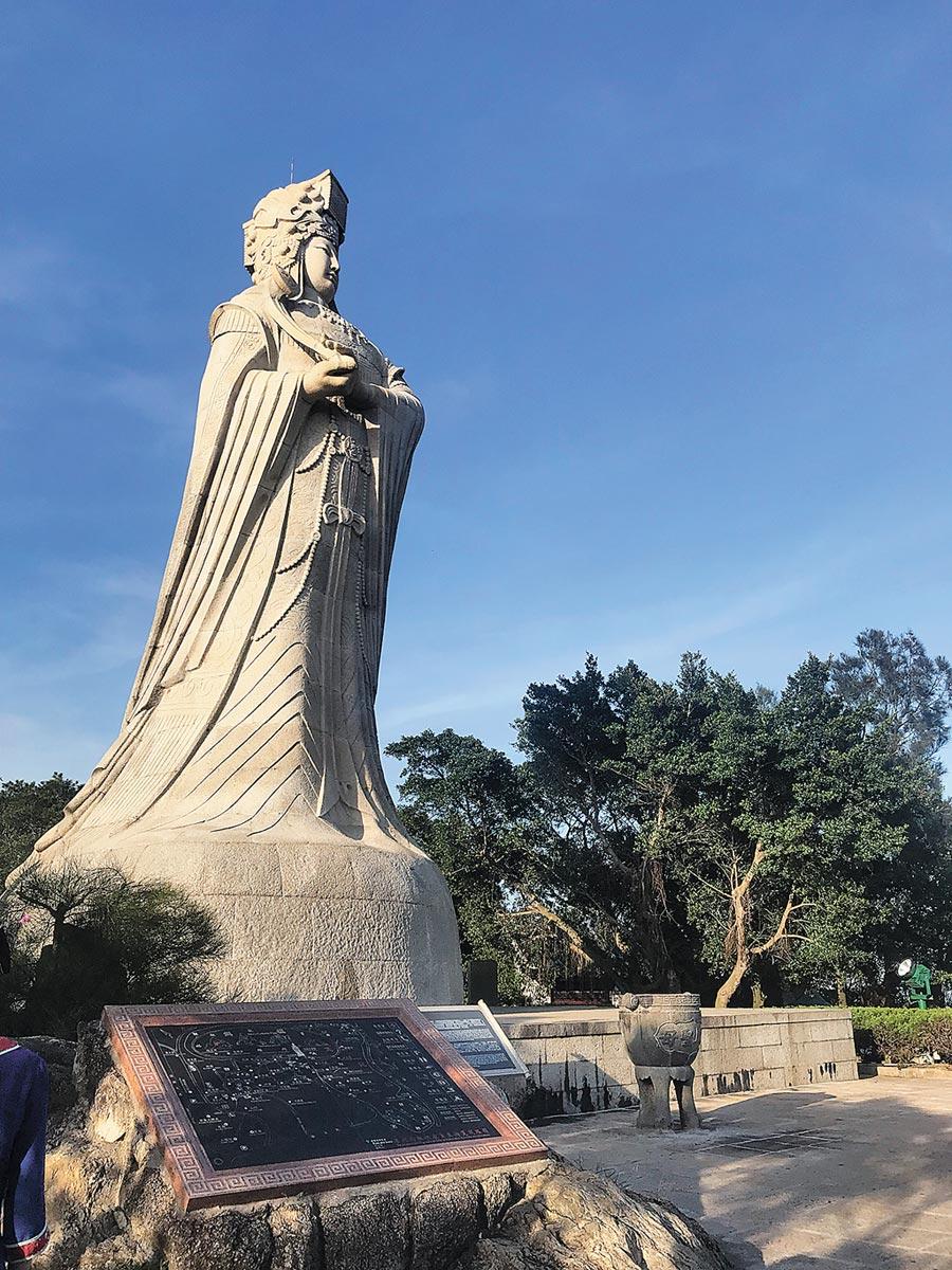 祖廟14.35公尺高的巨型媽祖石雕塑像,儀態雍容慈祥,遙望大海前方就是台灣。(周麗川攝)