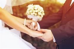 溫馨婚禮變調 新郎當眾鑽新娘下體