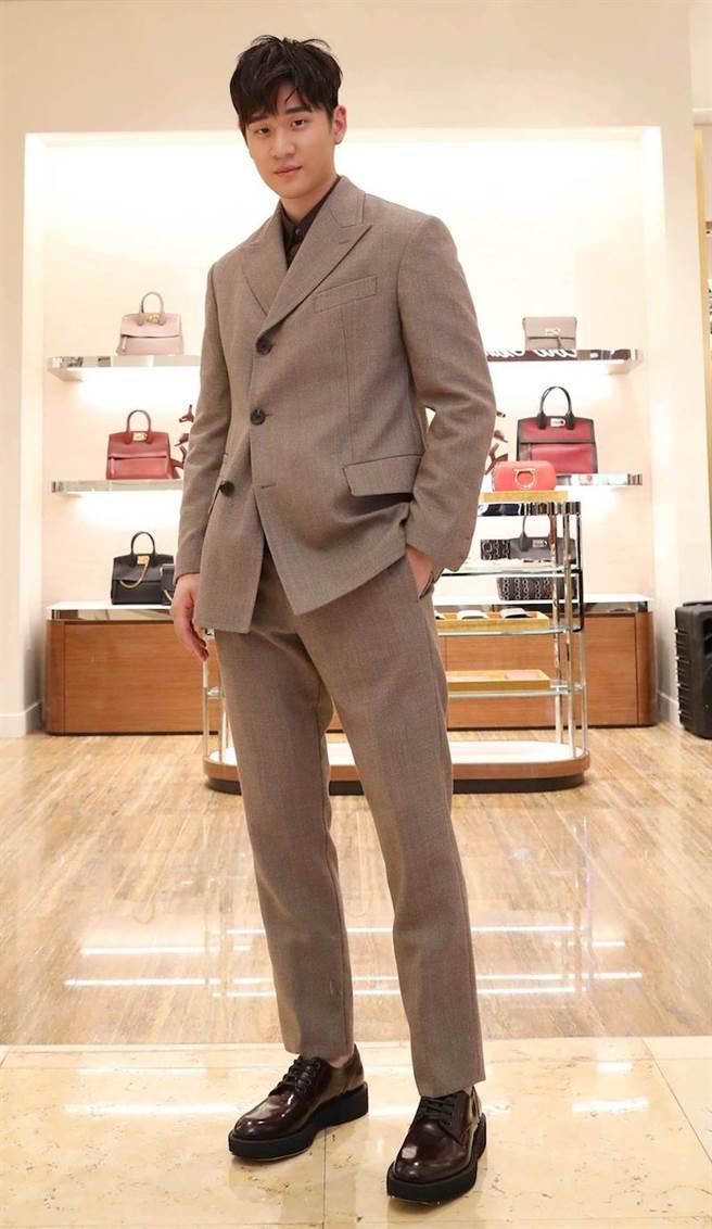 周興哲喜歡合身、復古感覺的西裝。灰色成套西裝、咖啡色襯衫價格未定,TUXEDO咖啡紅牛皮皮鞋2萬6900元。(Salvatore Ferragamo提供)