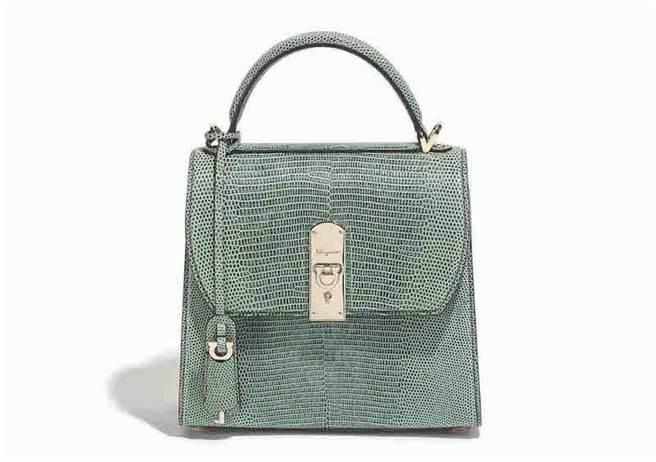 中港店獨家販售Boxyz粉綠色蜥蜴皮提包,售價21萬3000元。(Salvatore Ferragamo提供)