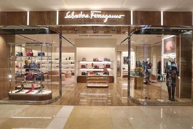 中港店陳列櫃以鏡面拋光不鏽鋼製作,裝潢呈現品牌奢華、優雅特色。(Salvatore Ferragamo提供)