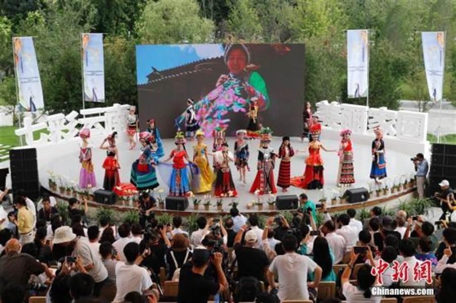 遊客在北京世園會園區觀看表演。(照片取自中新社)