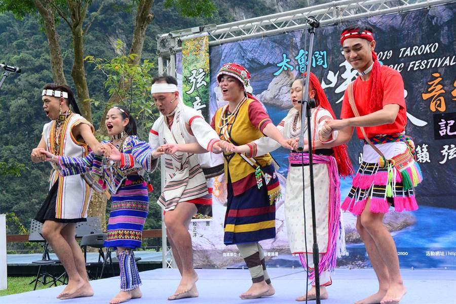 今年的峽谷音樂節,舞者穿著花蓮原住民族群傳統服裝亮相。(王志偉攝)