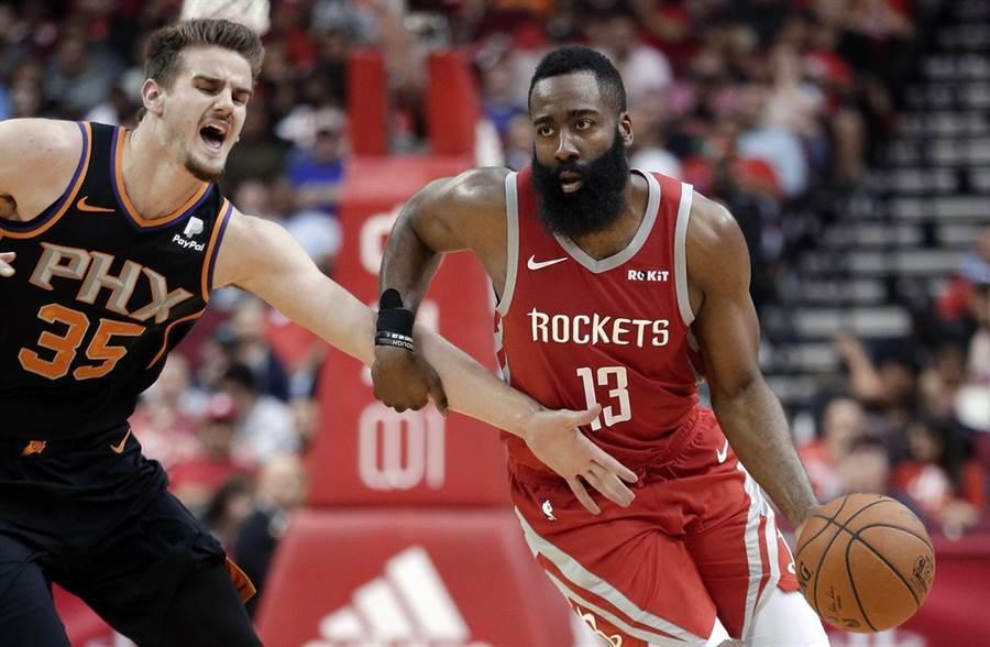 火箭隊哈登(右)是當前NBA最會得分的球星。(美聯社)