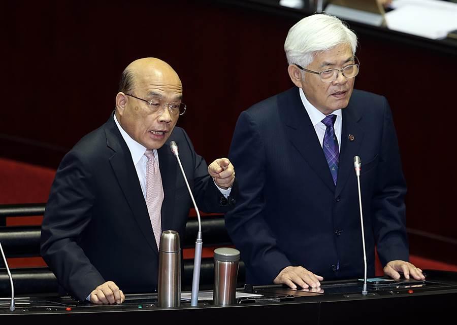 行政院長蘇貞昌(左)與馬文君互嗆。(姚志平攝)