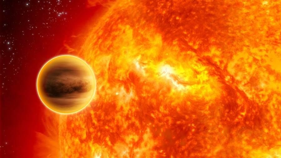第一個被發現的系外行星,飛馬座51b,它是個非常接近恒星的熱木星,表面的氣體正在不斷的消散。(圖/NASA)