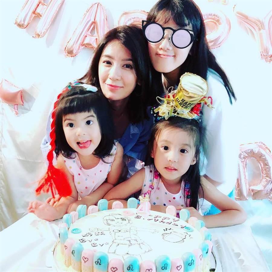 賈靜雯和3個女兒感情深厚。(圖/翻攝自臉書)