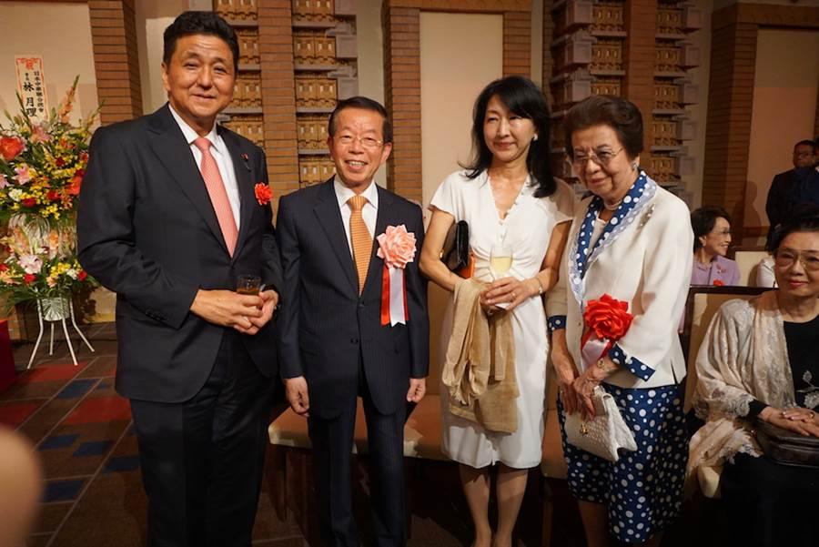 日本首相安倍晉三的母親安倍洋子、胞弟岸信夫8日都出席了駐日代表處舉辦的國慶酒會。(黃菁菁攝)