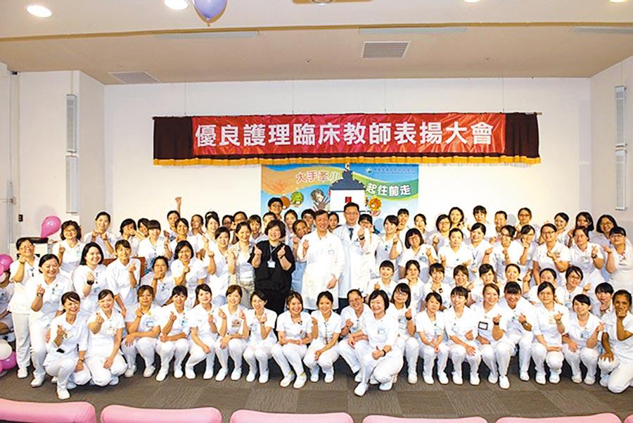 中國醫學大學舉辦108年優良護理臨床教師表揚大會,今年共73人獲獎,由院長周德陽親自頒獎。圖/中國附醫提供