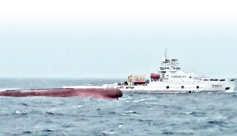 大陸漁船「東泓輪」翻覆12人落海失蹤,台灣海巡署澎湖艦飛馳救援。(澎湖第八海巡隊提供/陳可文澎湖傳真)