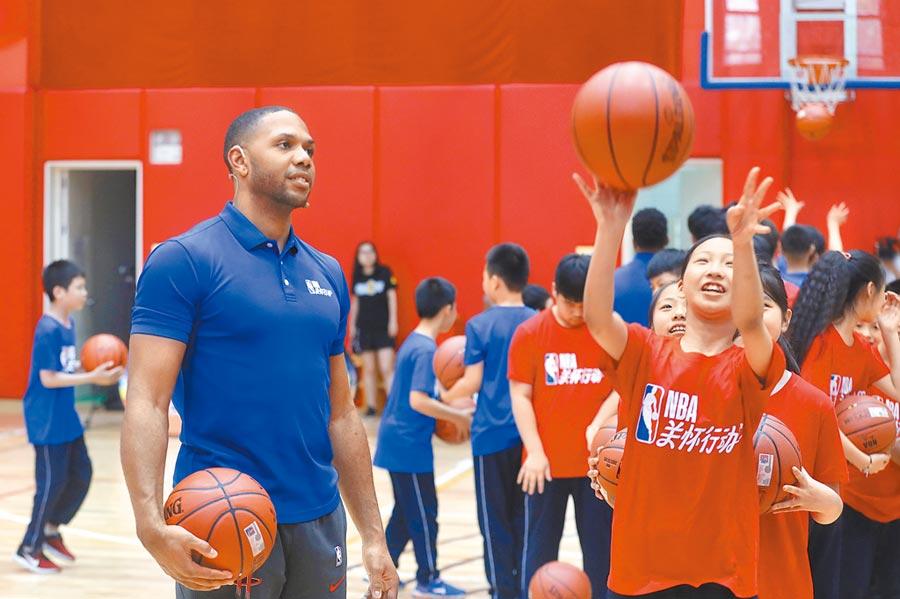 大陸人對NBA有股狂熱。圖為6月2日,NBA休士頓火箭隊球員戈登在北京指導兒童投籃。(中新社)