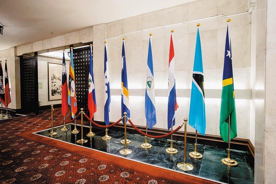 索羅門與吉里巴斯在9月底接連與台灣斷交。圖為2019年5月2日,外交部內的索羅門群島旗幟(右一)。(本報系資料照片)