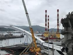 南方澳跨港大橋今展開拆除作業  萬噸級海上作業平臺就定位