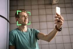 為臉部辨識解鎖手機 情侶街頭亂鬥