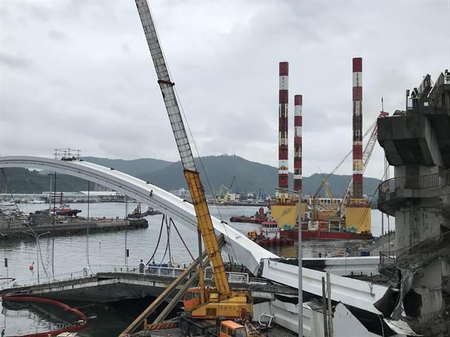 萬噸級海上作業平台逐漸駛至斷橋旁,準備進行下一步的斷橋拆除作業。(胡健森攝)