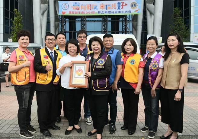 嘉義市長黃敏惠(左三 )代表感謝國際獅子會300-D1區捐福祉車,總監張秀華(左四)代表受頒感謝牌。(廖素慧攝)