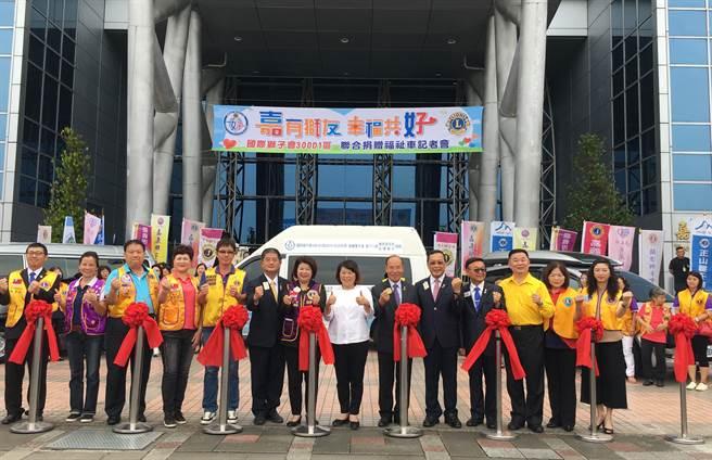 國際獅子會300-D1區聯合捐贈5部福祉車,嘉義市長黃敏惠(中)稱讚。(廖素慧攝)