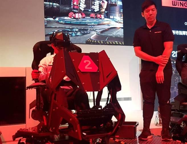 DIGI WAVE首日以智崴科技最新產品、全球首款多人連線體感電競「閃電對決2」進行開幕表演賽,採用智崴專利全體感VR電競系統,搭配六軸平台體感座椅,挑戰虛擬實境最高境界;韓國瑜也率局處團隊上陣,和另一隊伍較勁一番,最終將對手全數殲滅。(劉宥廷攝)