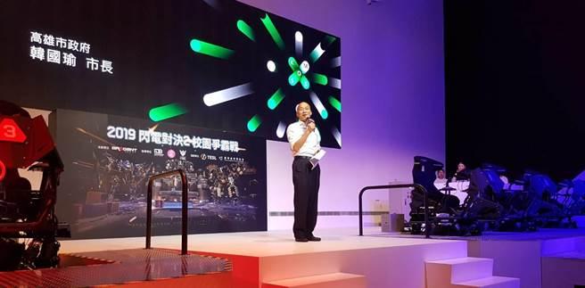首屆高雄體感嘉年華-DIGI WAVE9日在高雄盛大開幕,高雄市長韓國瑜表示,目前高雄265家體感科技的數位內容產業,經濟規模約120億,市府去年補助1億1000萬元,預計新的年度將增加到2億。韓也親身下場體驗體感電競,大讚這是很有潛力的產業。(劉宥廷攝)