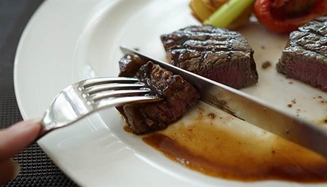 新研究顯示,紅肉和加工肉品跟疾病和癌症沒有直接關係,因此不用刻意少吃。(圖片來源:pixabay)