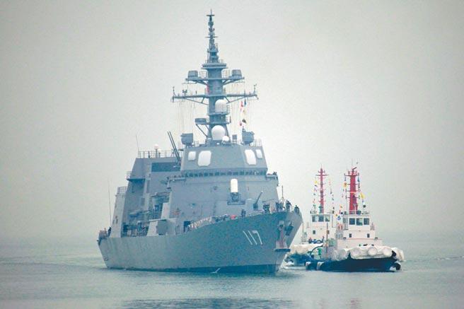 4月21日,日本海上自衛隊「涼月」號驅逐艦抵達青島,準備參加解放軍海軍70周年海上閱艦活動。(中新社)