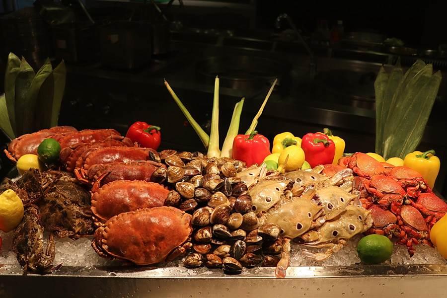 台北士林萬麗酒店〈士林廚房〉自助餐廳,即日起至11月底每日輪流供應超過30款秋蟹主題料理,口味囊括中、西及東南亞等多國風味。(圖/台北士林萬麗酒店)