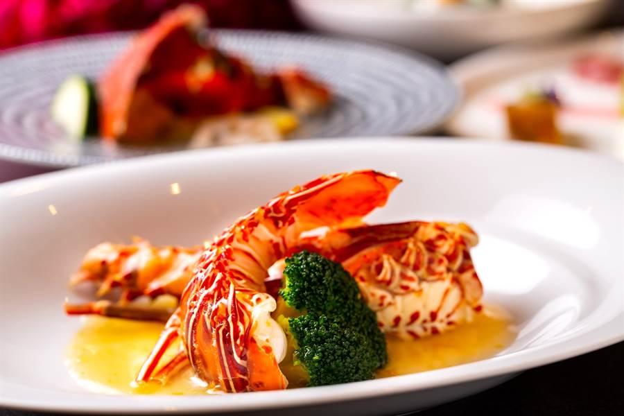 台北萬豪酒店〈宴客樓〉推出的「龍鮑蟹」饗宴,鮮美龍蝦以日本清酒及金棗醬的酸甜鹹蒸出鮮味。(圖/台北萬豪酒店)