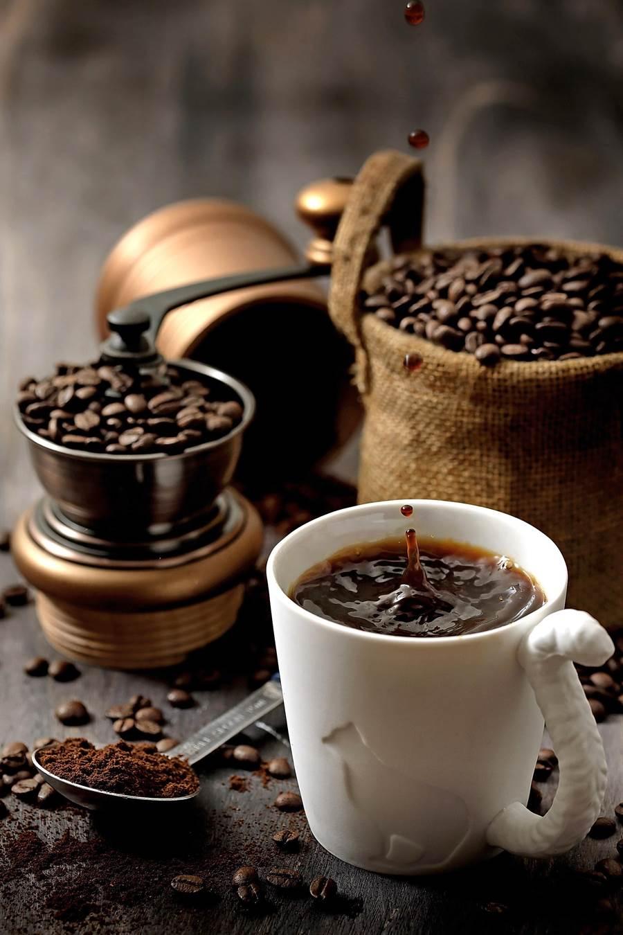 為了讓精品咖啡能維持應有的高品質,杏桃鬆餅屋美麗華店此次並購置自動式手沖咖啡機。(圖/杏桃鬆餅屋)