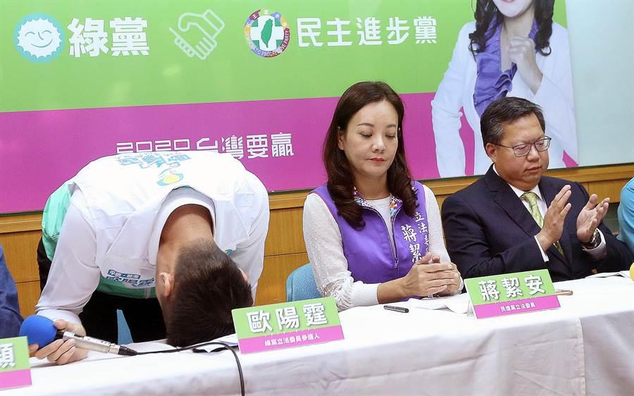 歐陽霆向支持者鞠躬致謝時,不慎用力過猛一頭撞上桌子。(范揚光攝)
