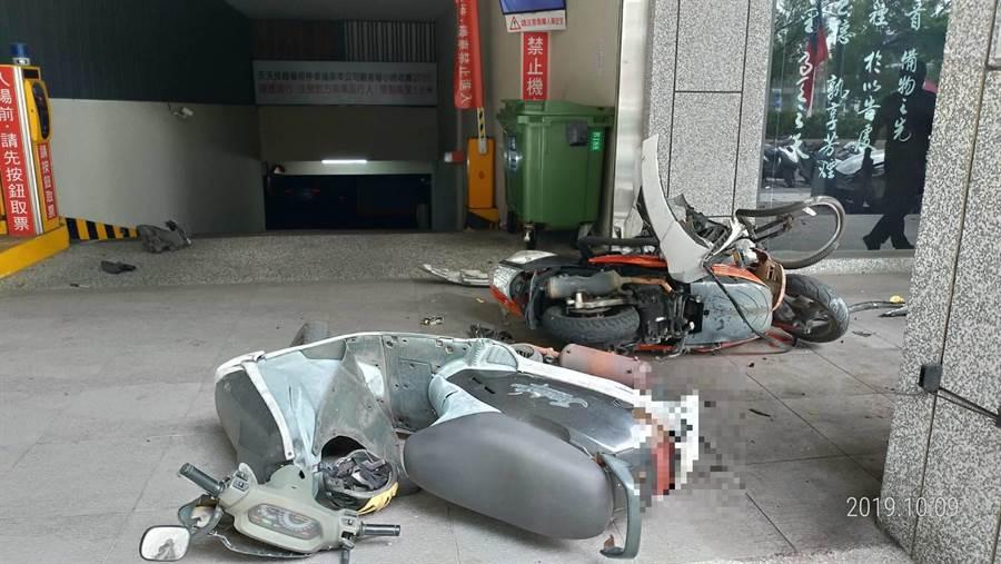現場滿目瘡痍,散布機車碎零件。(台中市警五分局提供/張妍溱台中傳真)