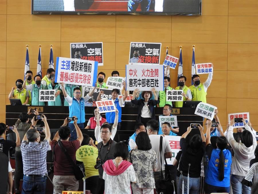 台中市議會一開議,藍、綠黨團就因空汙問題展開激烈攻防,會議被迫中斷休息。(陳世宗攝)