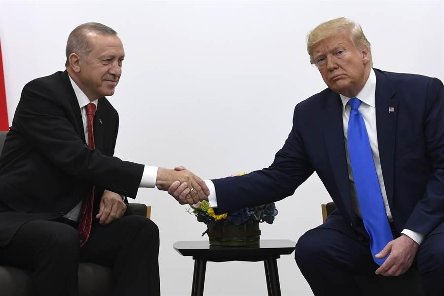 美國總統川普和土耳其總統埃爾多安(Recep Tayyip Erdogan)通過電話後,隨著美方釋出「撤軍」,並允許土耳其「採取進一步的長期行動」。圖為川普與埃爾多安6月於大阪G20會面。(美聯社)