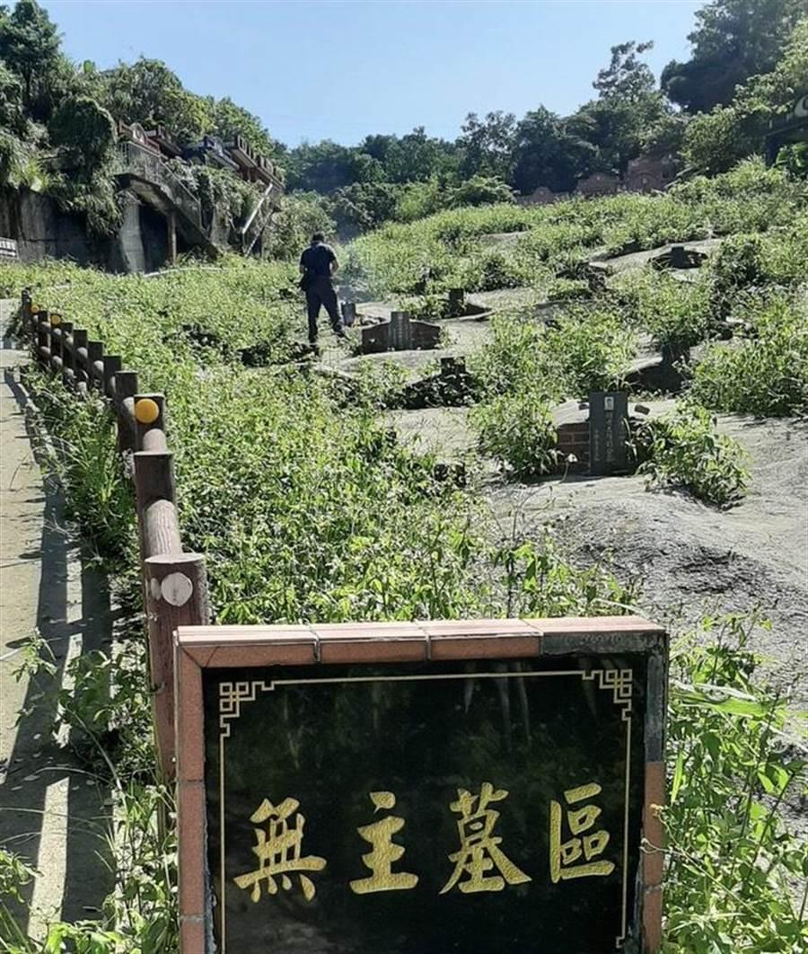 基隆尋人神探許耀彬,交叉比對尋獲埋葬無名公墓14年的失蹤婦人。(基隆市警局提供/許家寧基隆傳真)