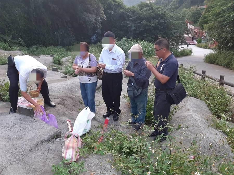 家屬回到無名公墓找到母親遺骨,感謝警方讓母親終於可以回家團聚。(基隆市警局提供/許家寧基隆傳真)