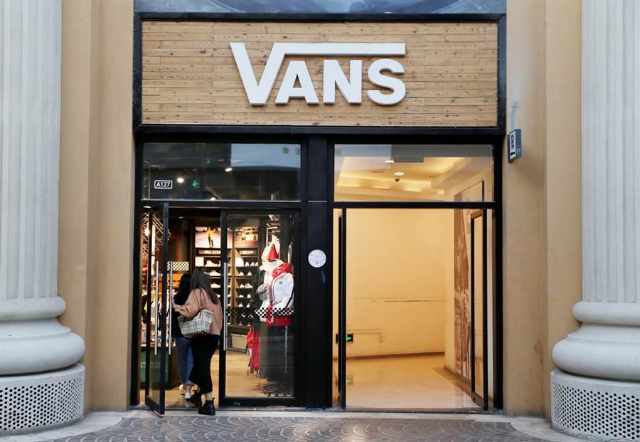 圖為美國知名運動鞋品牌范斯(Vans)在北京的經銷點。為避免踏上NBA遭禁的後塵,該公司已將一款隱喻香港雨傘運動的新上市運動鞋下架。(圖/路透)