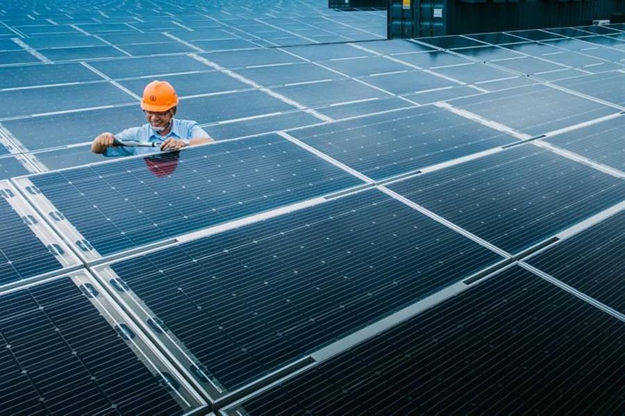 台電彰濱太陽光電場,全區使用超過30萬片的高效率太陽能板。圖/台電提供