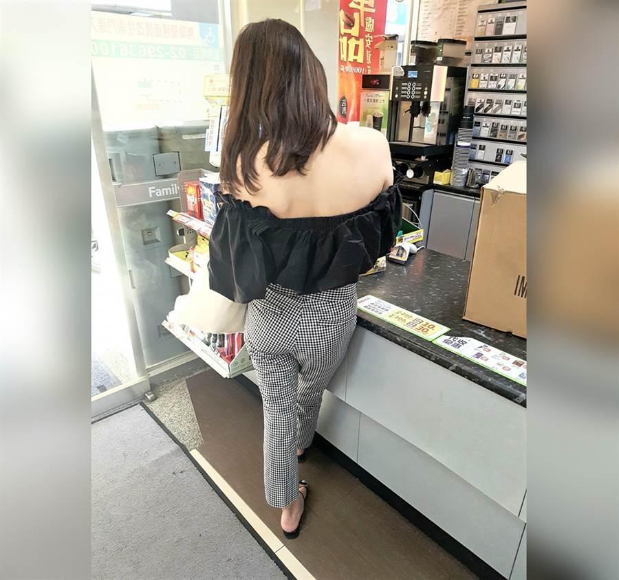 取貨正妹身穿一字領黑色上衣,露出大片裸背。(圖/摘自臉書《加藤軍路邊隨手拍》)