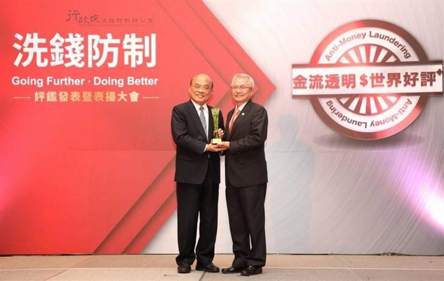 上海商銀參與APG評鑑有功,獲行政院院長蘇貞昌(左)表揚,由該行總經理陳善忠代表領獎。(圖/上海商銀提供)