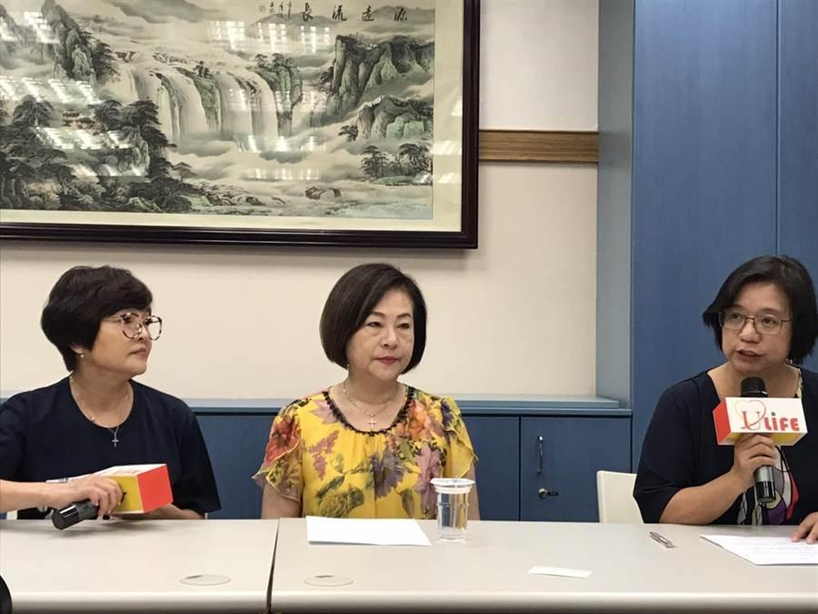 「國寶歌王」文夏疑似遭下毒,妻子文香(中)今天中午開記者會說明。(許政榆攝)