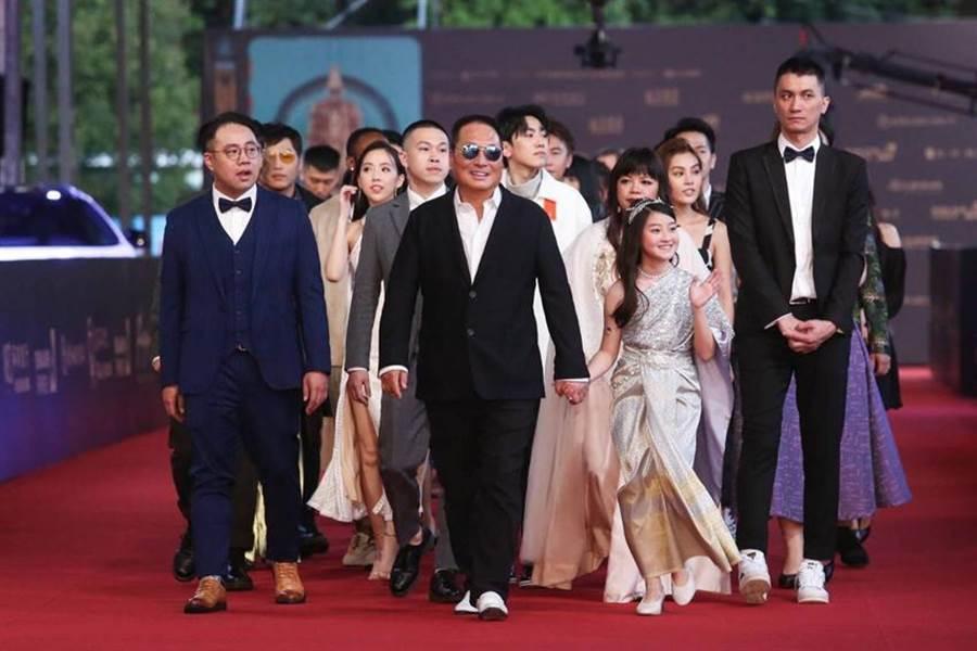《聲林之王》初次入圍就奪下金馬獎「最佳綜藝節目」,王令麟(前中)帶著團隊走星光大道。(圖/業者提供)