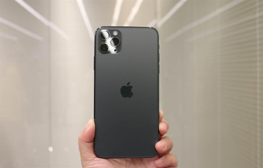 iPhone 11 Pro Max 獲得《消費者報告》最佳手機的評價。(黃慧雯攝)